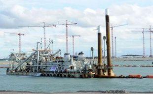 Plusieurs fois reporté, le chantier du terminal méthanier de Dunkerque, deuxième plus gros projet industriel de France qui doit permettre à EDF de se renforcer sur le marché du gaz, a été lancé vendredi par son PDG Henri Proglio.