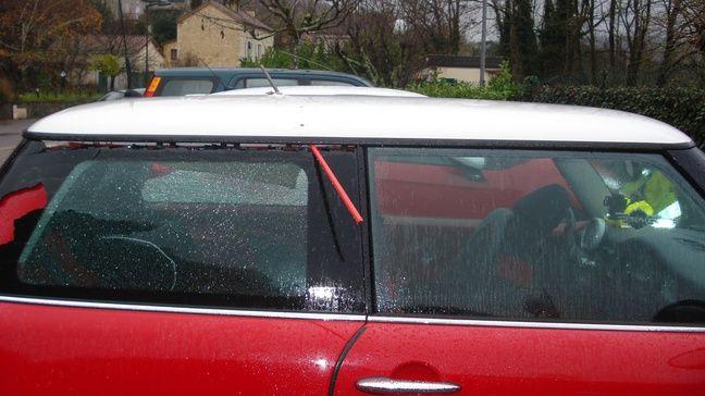 La balle du chasseur est entrée au-dessus de la vitre arrière droite de l'Austin Mini, avant de ressortir par le toit.
