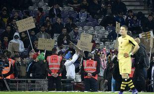 Des supporters du TFC chambrent leur équipe lors du match de Ligue 1 contre le Gazélec Ajaccio, le 20 février 2016 à Toulouse.