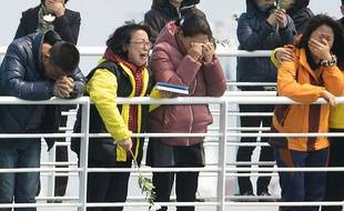 Un an après, des familles des victimes se rendent sur les lieux du naufrage du ferry qui a fait 304 morts en Corée du Sud, le 15 avril 2015.
