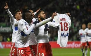 Juste après avoir inscrit le cinquième but lyonnais, Nabil Fekir a présenté son maillot au kop sud du Chaudron, qui l'a copieusement insulté dimanche.