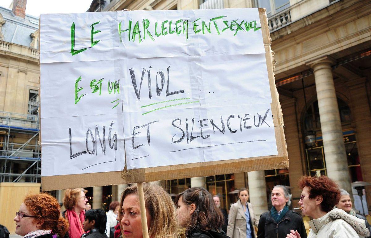 Une femme brandit une pancarte dénonçant le harcèlement sexuel. – ALFRED/SIPA