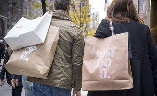 Un homme et une femme font du shopping.