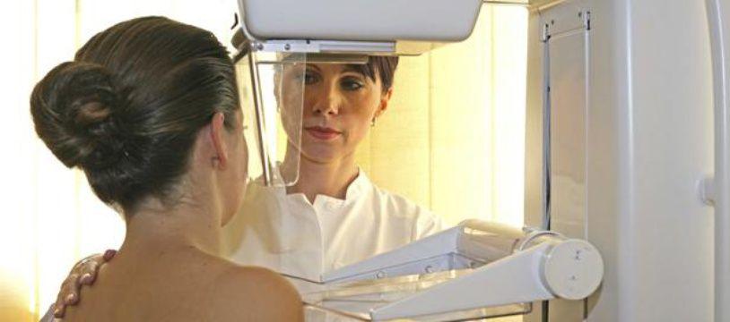 Une femme passe une mammographie.