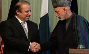"""Le Premier ministre pakistanais Nawaz Sharif s'est engagé samedi à Kaboul à apporter """"toute l'aide possible"""" pour relancer le processus de paix en Afghanistan et à faciliter une rencontre entre des émissaires afghans et l'ancien numéro 2 des talibans."""