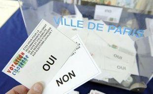"""Les associations qui défendent le droit de vote des étrangers non communautaires aux élections locales enjoignent le ministre de l'Intérieur Manuel Valls, qui souhaite """"ne pas se précipiter"""", à mettre en place cette mesure avant les élections locales de 2014."""