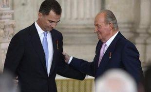 Felipe VI de Bourbon et Juan Carlos le 18 juin 2014 à Madrid
