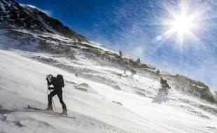 Un randonneur sur une pente des Pyrénées. Illustration.