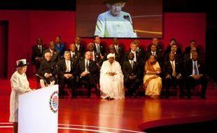 Les 16 pays membres du Commonwealth dont la reine d'Angleterre est le chef de l'Etat sont d'accord pour changer les règles de succession au trône d'Angleterre, en vue de mettre fin à la primauté masculine pour l'accès à la couronne, a annoncé vendredi le Premier ministre britannique
