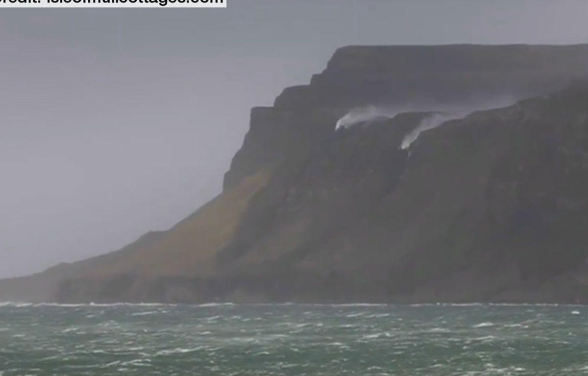 L'eau rebrousse chemin à cause d'une tempête de vent.  – YouTube/Isleofmullcottages.com