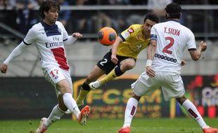 Le Sochalien Sébasrien Corchia entre les joueurs du PSG Maxwell et Thiago Silva, le 27 avril2014, au stade Bonal.
