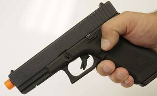 Un pistolet d'airsoft tirant des billes (illustration).