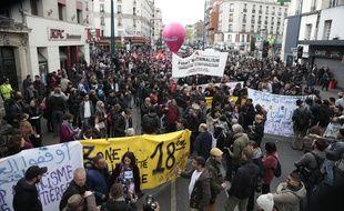 Plusieurs centaines de personnes ont manifesté dimanche après-midi d'Aubervilliers (Seine-Saint-Denis) à Paris contre le meeting de Marine Le Pen prévu lundi soir