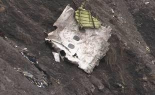 Un débris de l'avion A320 qui s'est écrasé dans les Alpes le 24 mars 2015.