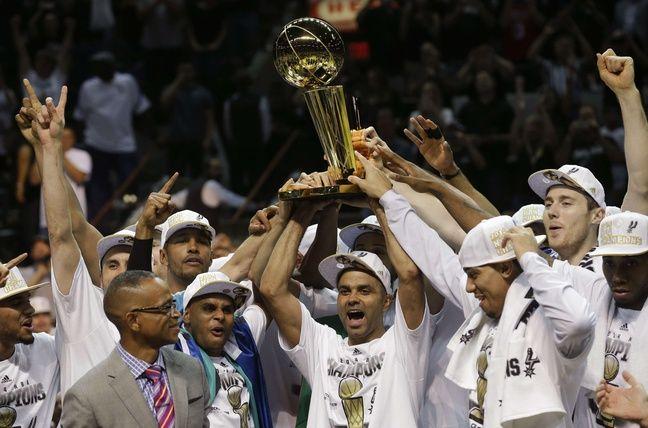 TP fête son 4e titre NBA avec les Spurs, en 2014.