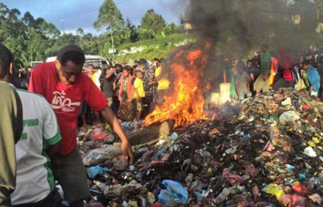 Des villageois ont brûlé vivante une femme qu'ils accusaient de sorcellerie, le 7 février 2013 en Papouasie-Nouvelle-Guinée.