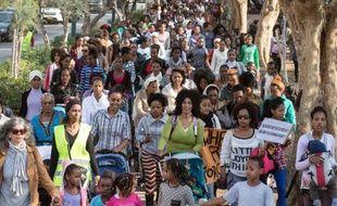 Des milliers de femmes africaines accompagnées d'enfants ont manifesté mercredi à Tel-Aviv contre le refus des autorités israéliennes de leur accorder le statut de réfugié.