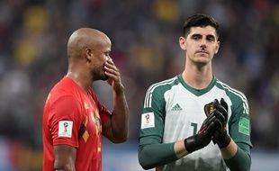 Vincent Kompany (à gauche) et Thibaut Courtois après la défaite de la Belgique face à la France, en demi-finale de la Coupe du monde.
