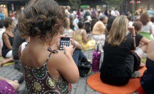 Pour le psychologue Michael Stora, un jeune enfant ne risque pas d'être accro au smartphone, mais encadrer son utilisation permettra d'éviter que des comportements addictifs risquent d'apparaître à l'adolescence.