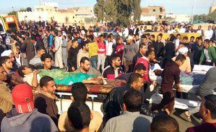Des victimes de l'attaque du 24 novembre 2017 contre une mosquée du Sinaï en Egypte transportés. Le dernier bilan fait état de 305 morts dont 27 enfants.