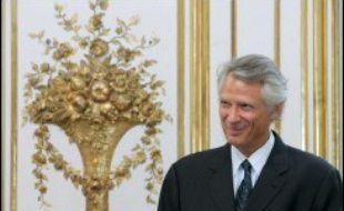 """Le Premier ministre Dominique de Villepin a promis lundi d'apporter son """"soutien"""" à """"celui qui sera le mieux placé pour défendre"""" les couleurs de l'UMP et conduire la droite """"à la victoire"""" à la présidentielle de 2007, sans toutefois citer le nom de Nicolas Sarkozy."""