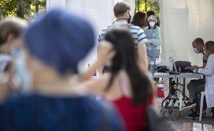 Des Marseillais patientent pour un dépistage du coronavirus