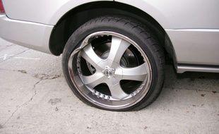 Un pneu crevé. (Illustration)