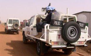 Des policers maliens patrouillent avec une mission de l'ONU à Gao le 18 mai 2016