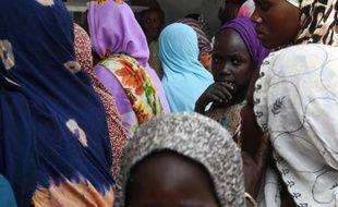 Des réfugiés nigérians attendent de s'enregistrer à la Croix Rouge dans un camp au Tchad