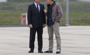 Le président François Hollande et le journaliste Didier François discutent sur le tarmac de Villacoublay après l'arrivée des ex-otages le 20 avril 2014