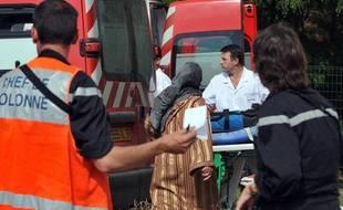 Un blessé est évacué, après l'accident causé par une camionnette de la gendarmerie  qui a fauché un groupe d'une vingtaine d'enfants, le 30 mai 2011 à Joué-les-Tours  (Indre-et-Loire).