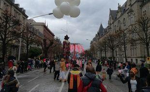 Un pantin volant, devant le palais universitaire dans le fond, pour le carnaval de Strasbourg.