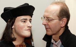 Le visage reconstitué de RichardIII, présenté le 5 février. Ici avec le descendant de la soeur du roi, Michael Ibsen.