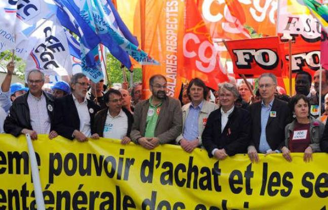 Ils sont tous là pour la photo, au départ du défilé parisien du 1er Mai 2009. De gauche à droite: Bernard Van Craeynest (CFE-CGC), Jacques Voisin (CFTC), Alain Olive (UNSA), Francois Chérèque (CFDT), Bernard Thibault (CGT), Jean-Claude Mailly (FO), Gérard Aschieri (FSU) et Annick Coupé (Solidaires-Sud).