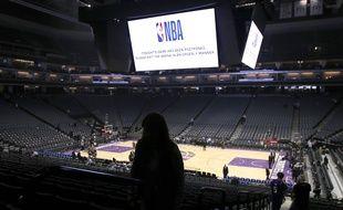 Les fans quittent le Golden 1 Center après l'annulation de dernière minute du match entre les New Orleans Pelicans et les Sacramento Kings à cause du coronavirus, le 12 mars 2020.