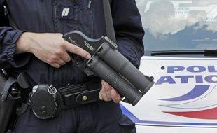 Le gomme-cogne des policiers expulse des balles souples à grande vitesse. Illustration.