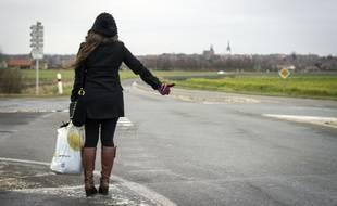 Illustration d'une jeune femme effectuant du stop.