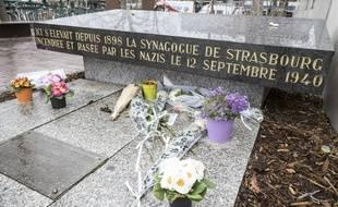 La stèle de l'ancienne synagogue de Strasbourg qui a été renversée.