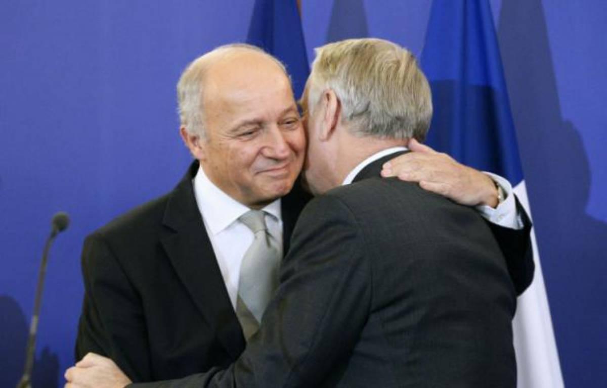 Le désormais ex-ministre des Affaires étrangères, Laurent Fabius (à gauche), félicitant son successeur, Jean-marc Ayrault, à Paris, le 12 février 2016 – MATTHIEU ALEXANDRE AFP