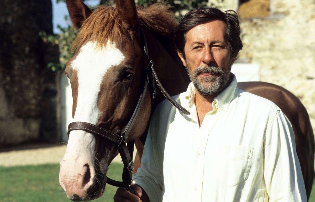 Jean Rochefort et l'un de ses chevaux en 1989. – MAZEAU JEAN MARIE/SIPA