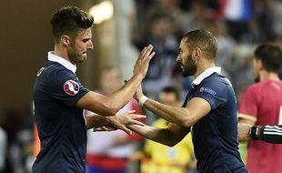 Olivier Giroud remplacé par Karim Benzema lors du match France-Serbie joué à Bordeaux, le 8 septembre 2015.