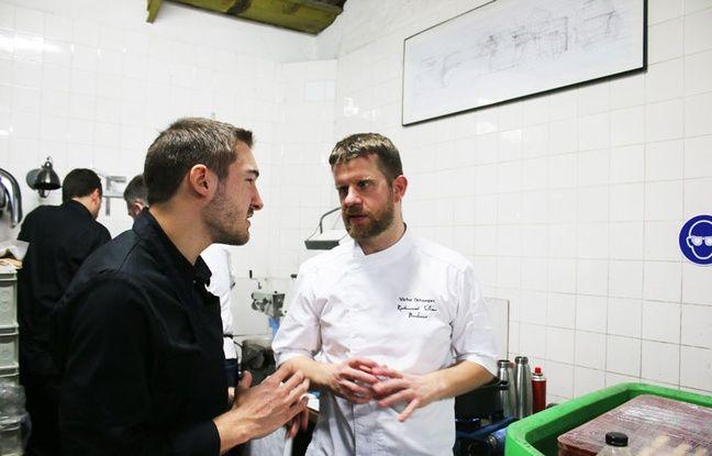 Victor Ostronzec dans les cuisines aménagées au sein des Ateliers Paul Bracq.