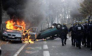 Une voiture qui brûle à Nanterre, le 19 octobre 2010, en marge des manifestations contre la réforme des retraites.