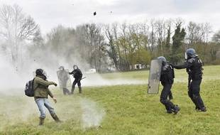 Des heurts ont éclaté entre zadistes et gendarmes, à Notre-Dame-des-Landes, le 10 avril 2018.