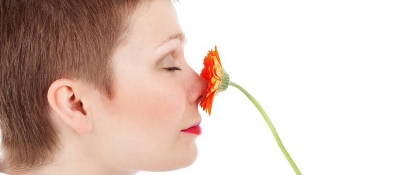 Illustration d'une femme respirant une fleur.