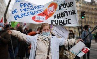 Les professionnels de santé ont manifesté, le 21 janvier 2021, devant le ministère de la Santé, pour dénoncer leurs conditions de travail.