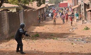 Opposition entre la police et des manifestants à Conakry le 13 février 2020.