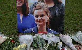 Des fleurs et des bougies déposées à la mémoire de Jo Cox le 16 juin 2016 à Parliament square à Londres