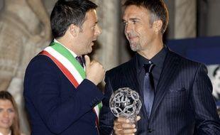Gabriel Batistuta en compagnie du maire de Florence, Matteo Renzi, durant une cérémonie en son honneur le 2 décembre 2013.