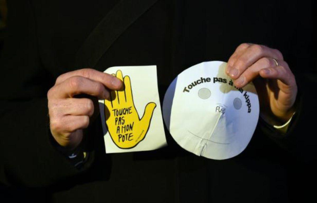 """""""Touche pas à mon pote, touche pas à ma kippa"""" affichaient des participants au rassemblement auquel SOS racisme avait notamment appelé – ANNE-CHRISTINE POUJOULAT AFP"""